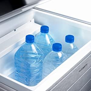 Placez des bouteilles d'eau debout dans la grande glacière à absorption Dometic ACX 40