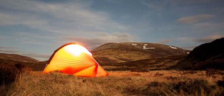 Générateur solaire en camping sauvage : l'accessoire incontournable
