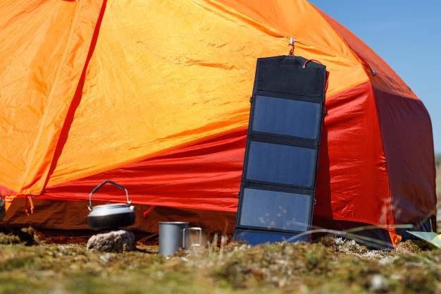 Accrochez facilement un panneau solaire pliable sur votre tente
