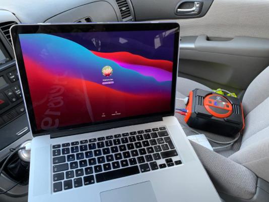 Rechargez votre ordinateur portable dans la voiture avec cette petite station de charge portable