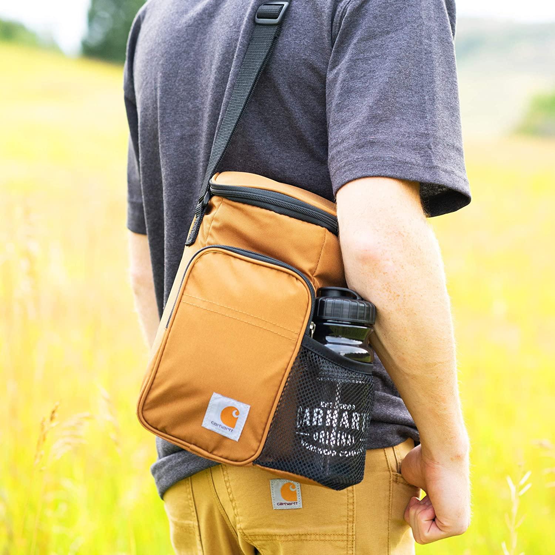 Portez le lunch bag Carhartt vertical sur l'épaule avec la bandoulière