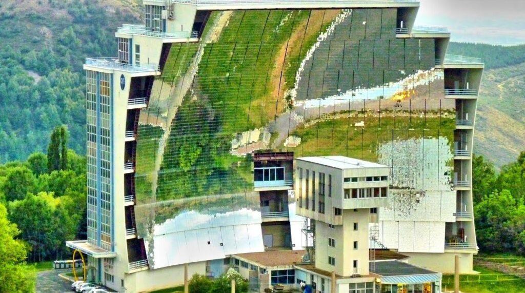 Le gigantesque four solaire d'Odeillo à Font Romeu est l'un des deux plus grands fours solaires au monde