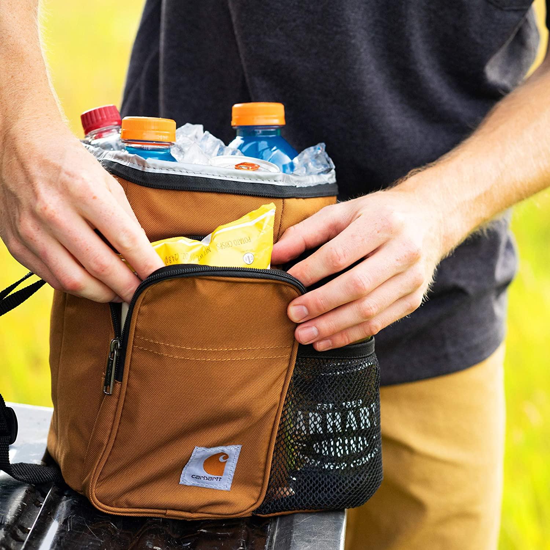 Plusieurs rangements du lunch bag Carhartt : poche zippée isotherme, poche zippée de rangement et poche filet pour bouteille