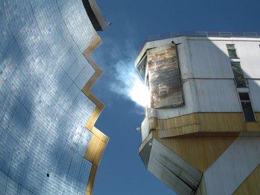 Toute la lumière du four solaire est concentrée en une tache lumineuse de 40cm de diamètre