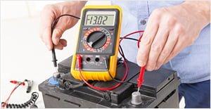 Comment tester une batterie. Relier les bornes noire et rouge d'un multimètre aux bornes de la batterie
