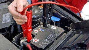Branchements des pinces aux bornes d'une batterie de voiture ou camping-car